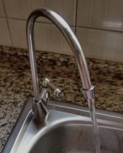 Filtro purificador de agua en el grifo de la cocina