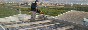 técnico sobre tejado realizado tratamiento de legionella