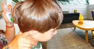 madre aplicando producto para eliminar piojos al niño