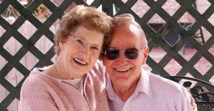 ancianos felices en geriátrico sin plagas